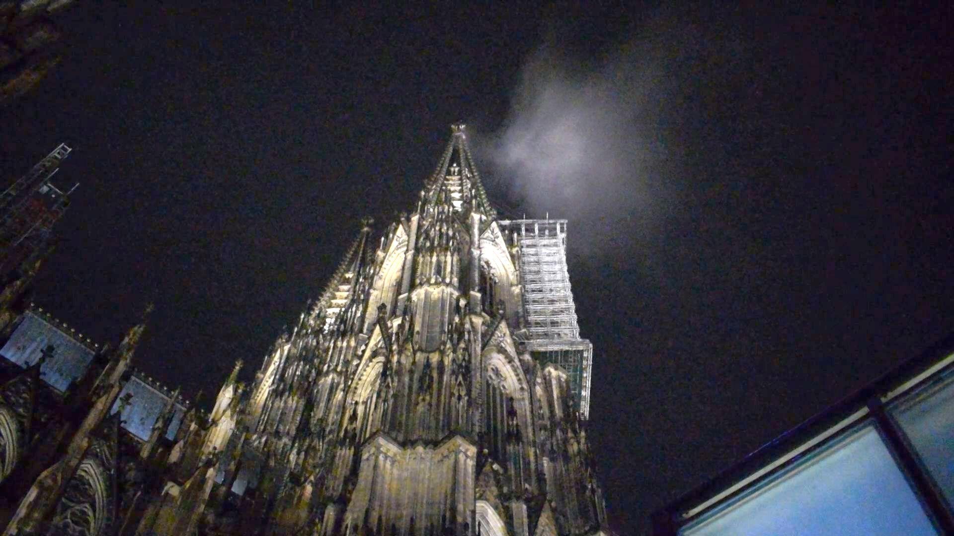 Nonstopnews Zahlreiche Anrufer Melden Der Feuerwehr Aufsteigenden Rauch Am Nordturm Des Kolner Doms Vermeintlicher Rauch Stellt Sich Als Tiefziehende Einzelne Wolke Heraus