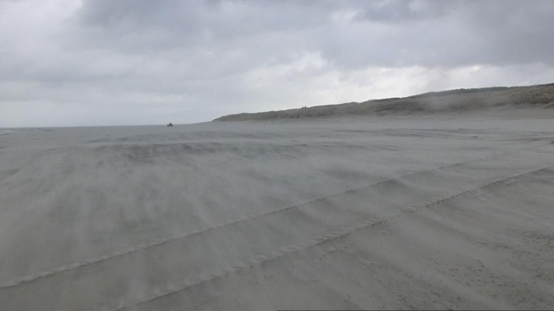 nonstopnews - starker sturm wirbelt sand am strand von