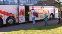 Reisende steigen in Ersatzbus