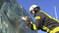 Feuerwehr trennt Frontscheibe heraus