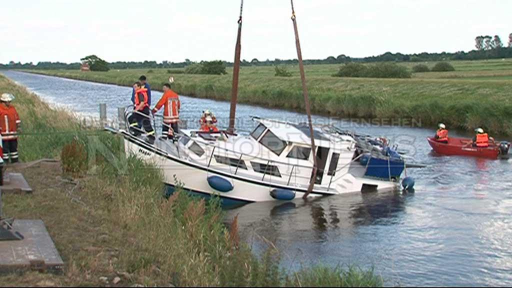 Hobby-Kapitän verschätzt sich – 10-Meter-Yacht knallt bei Flut gegen Brücke und wird eingekeilt