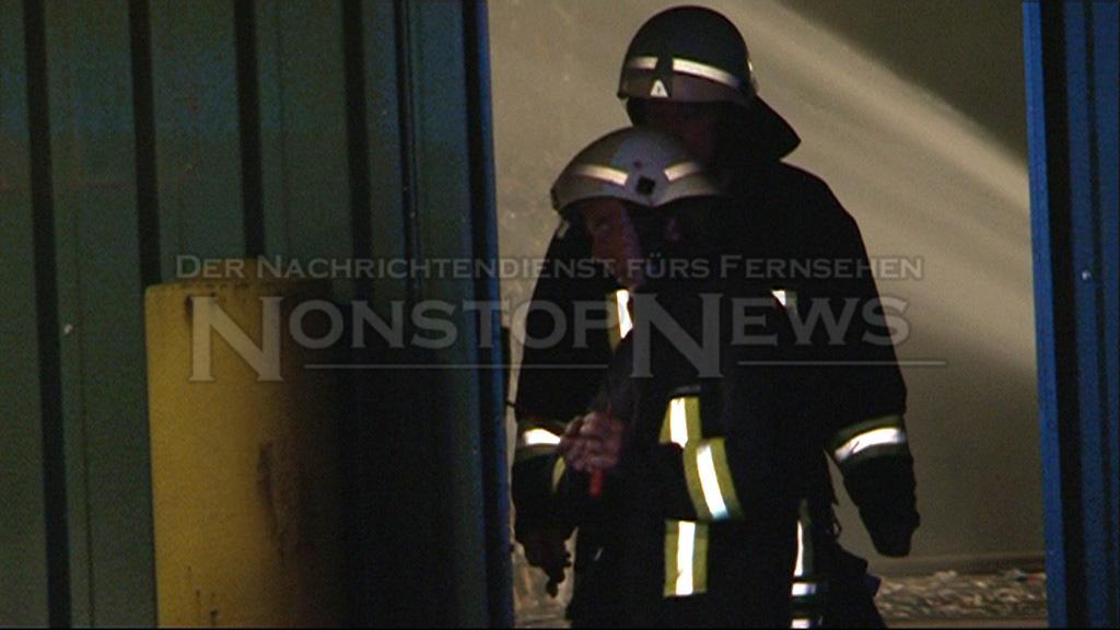 Feuerwehr versucht Werkstor zu öffnen